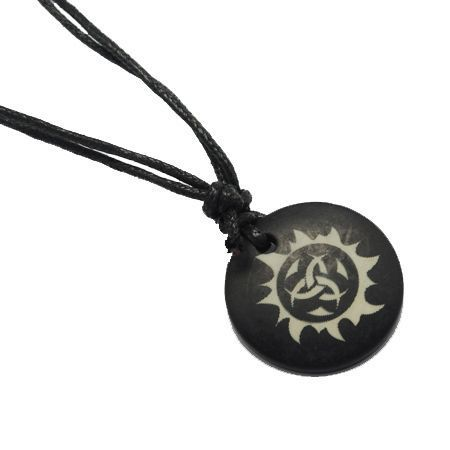 Collier avec pendentif en résine imitation os logo tribal 246698