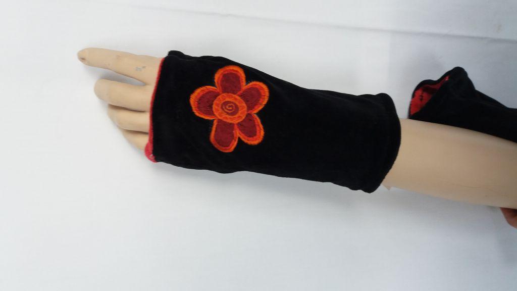 Mitaine en polaire noir avec fleur brodée rouge 303411