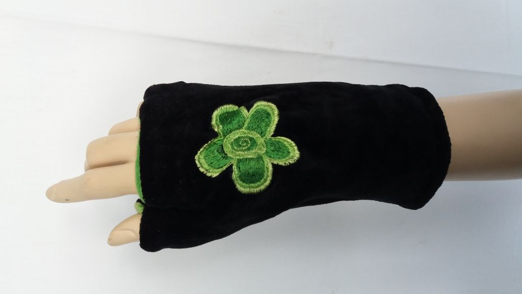 Mitaine en polaire noir et vert avec fleur brodée 303409